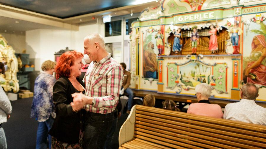 Man en vrouw dansen op Tulpen uit Amsterdam van straatorgel Museum Speelklok