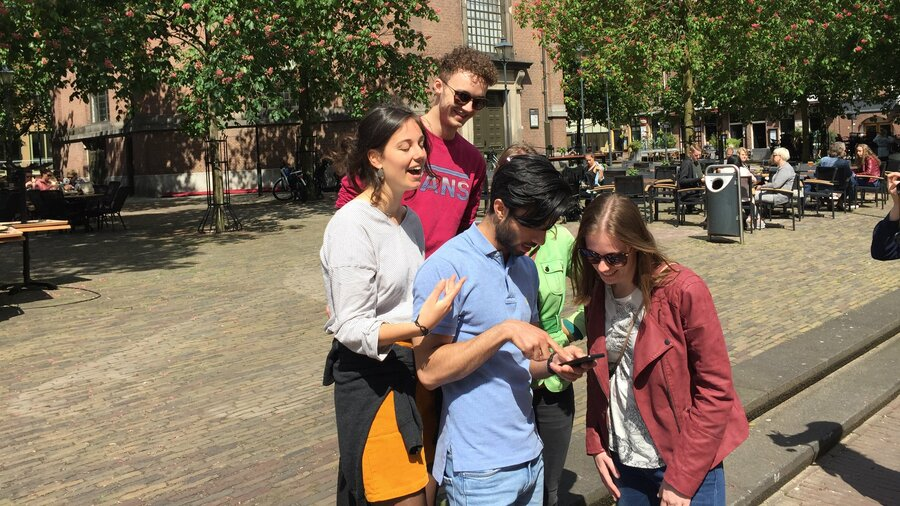 Mensen bekijken hints op telefoon
