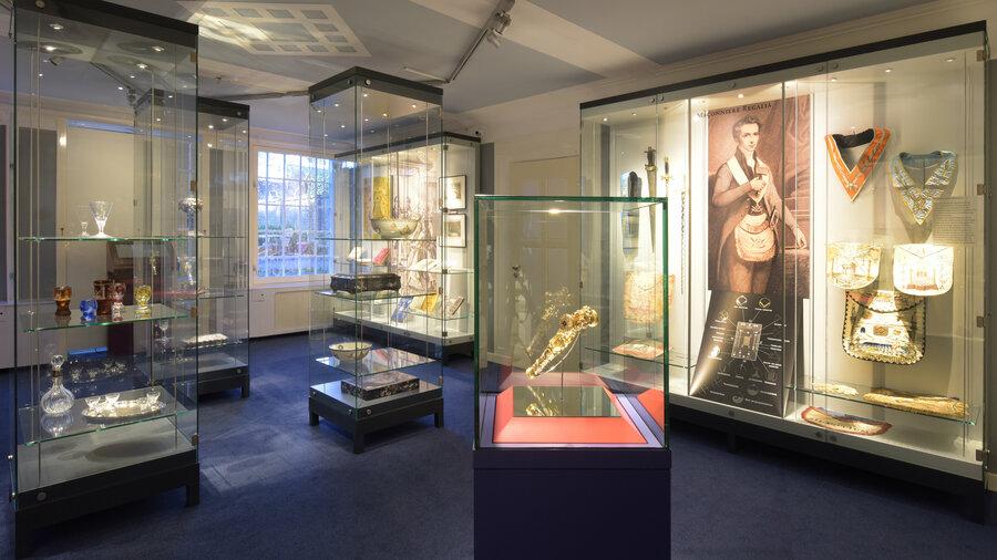 Vitrines in het Vrijmetselarij Museum