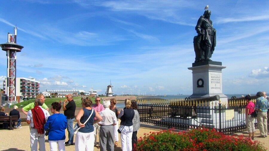 Mensen bij het standbeeld van Michiel de Ruyter in Vlissingen