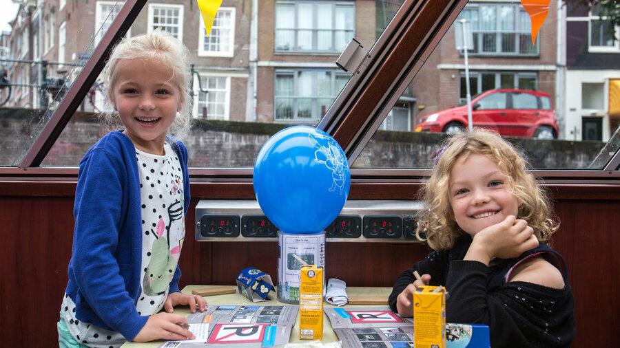 Kinderen feestelijk bij Blue Boat Amsterdam tijdens een rondvaart