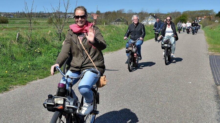 Vrouw op Solex op waddeneiland Texel