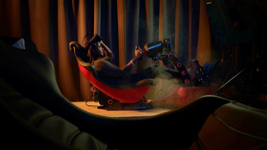 Vrouw in virtual reality stoel bij VRF1