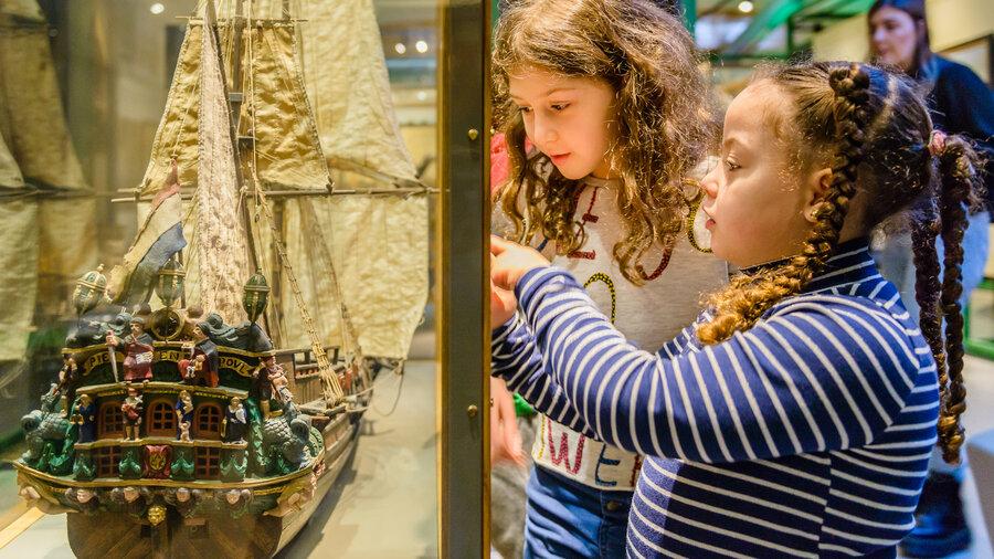 Kijken naar een modelschip in het Zaans Museum
