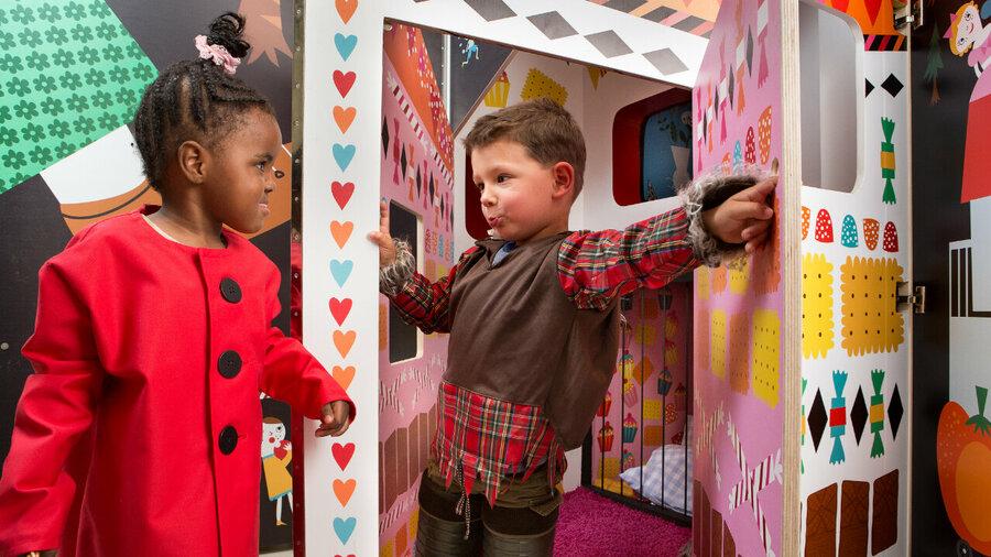 Verklede kinderen spelen in een decor