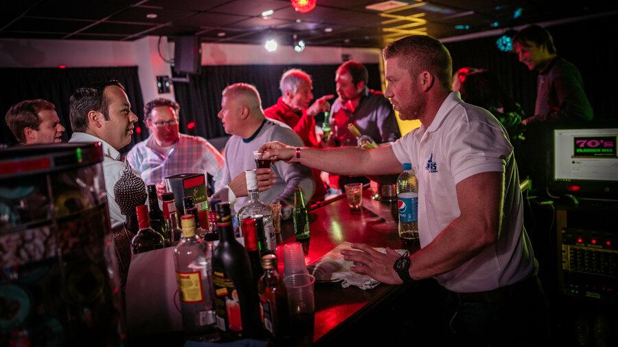 Mannen aan de bar bij de Karaoke Party Room