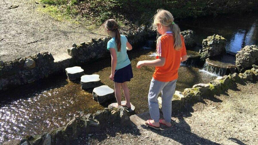 Kinderen spelen bij Kasteel en park Rosendael