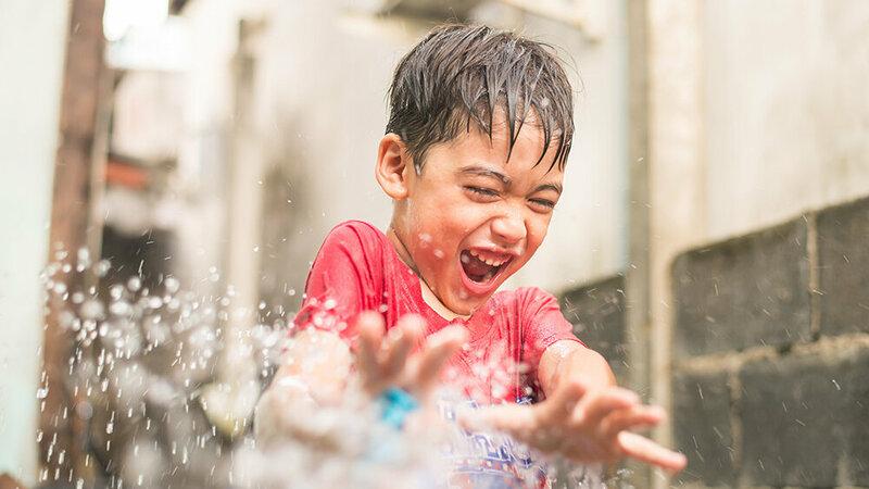Jongetje speelt met water in museum Batavialand Foto: Batavialand