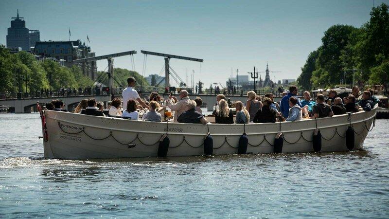 Boot vol mensen op het water