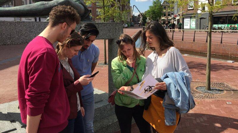 Groep mensen bekijkt spel en telefoon