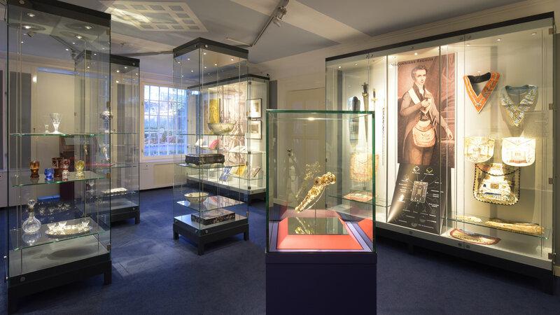 Vitrines in het Vrijmetselarij Museum Foto: Foto: Gerlinde de Geus