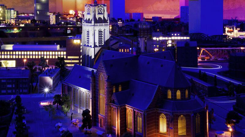 Verlichte kerk in Miniworld Rotterdam