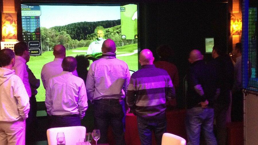 Een groep leert golfen bij Jumpers Indoor Golf