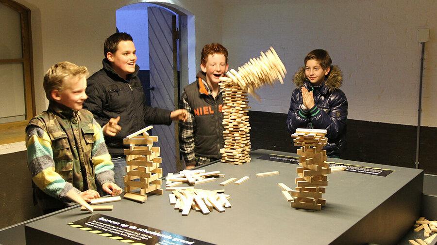 Een toren die de kinderen gebouwd hebben valt om bij Geofort