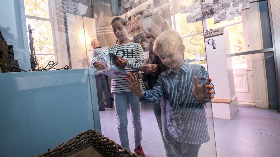 Kinderen volgen een spannende speurtocht door de oorlog.