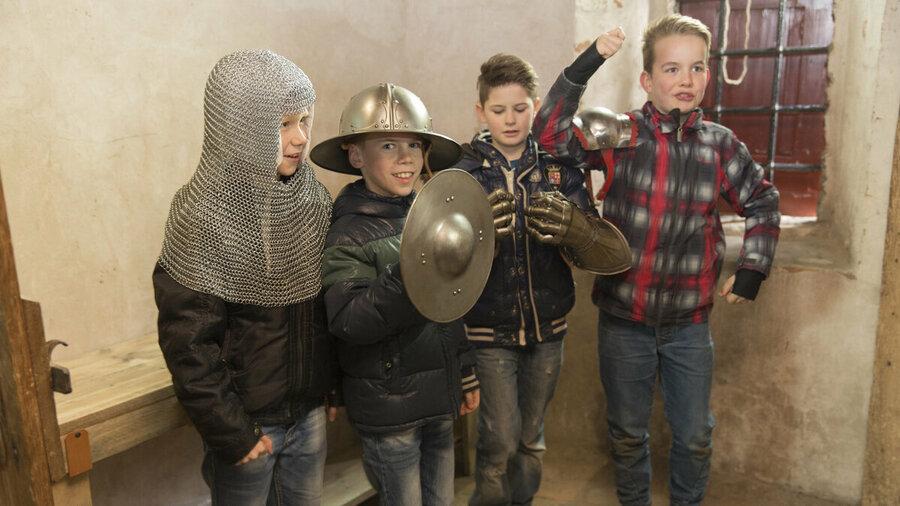 Kinderen verkleed als ridders in Kasteel Hernen