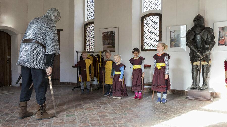 Kinderen leren zwaardvechten in Kasteel Hernen