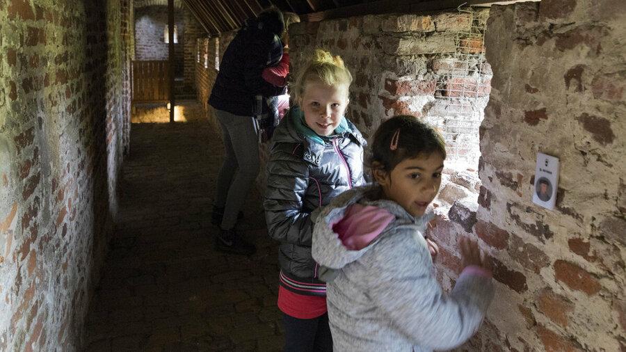 Kinderen verkennen de gangen in Kasteel Hernen