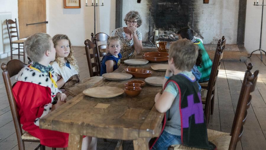 Kinderen aan tafel in Kasteel Ammersoyen