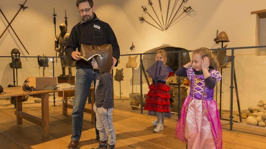 Kinderen verkleed als ridder en prinses