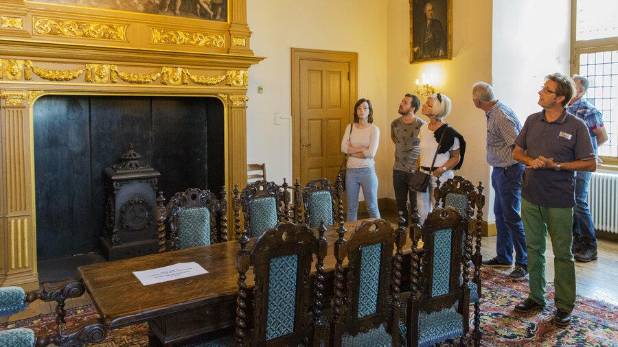 Mensen bekijken een zaal in het kasteel