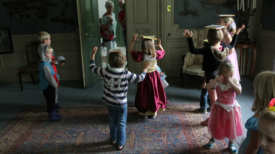 Kinderen trekken een mooie jurk of jonkerskleding aan in Huis Verwolde.