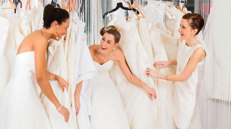 Ga met vriendinnen trouwjurken passen!