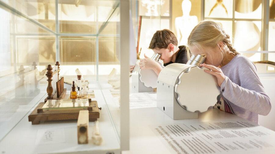 Kinderen bij een 3D-microscoop