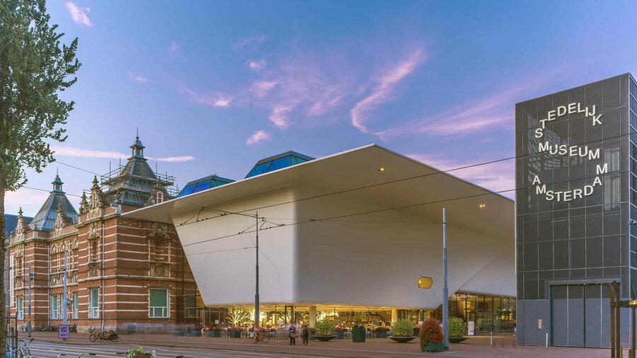 Het gebouw van het Stedelijk Museum aan het Museumplein in Amsterdam