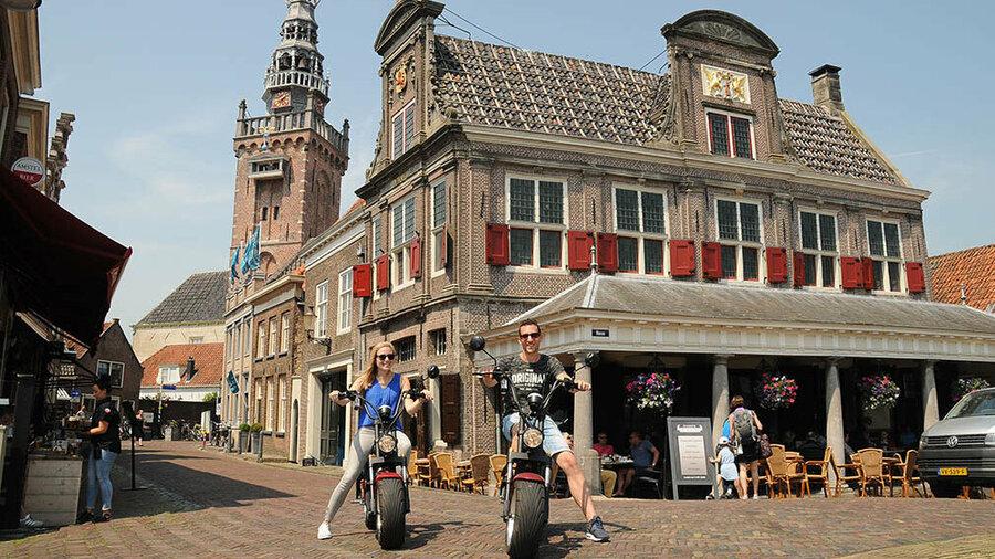 Stel poseert met elektrisceh choppers van Volendam Rent & Event