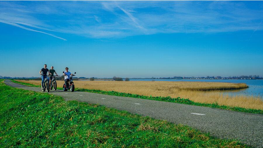 Fietsen en scooteren door natuur
