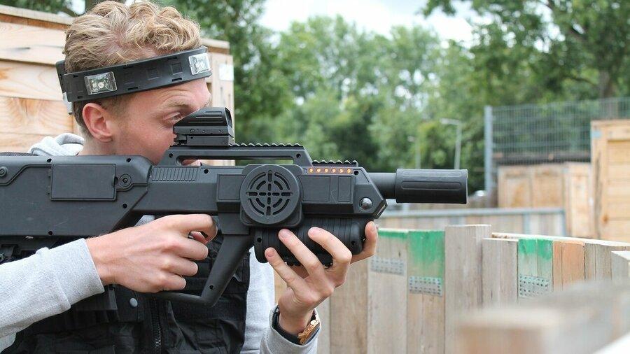 Man met groot laser geweer bij Lasertag Amsterdam
