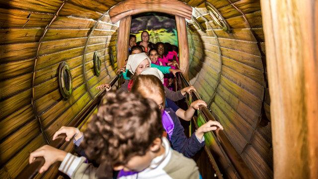 Kinderen lopen door een tunnel