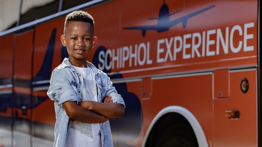 Jongetje voor bus