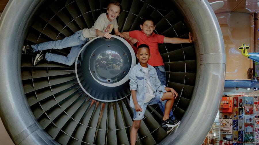 Jongens in vliegtuigmotor