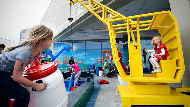 Kinderen helpen een schip te laden en te lossen