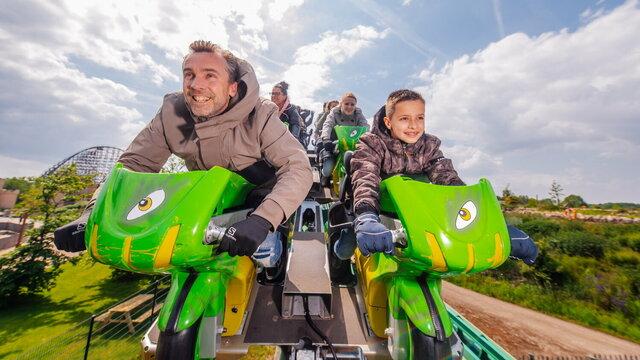 Vader en zoon in de Booster Bike in Toverland. Ook open in de winter!