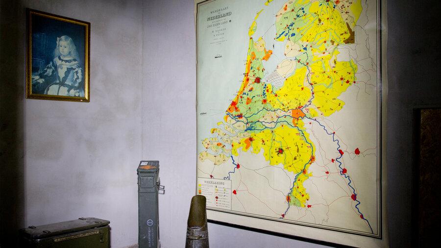 Ouderwetse kamer met landkaart, kolenhouder bij Escaperoom Amsterdam