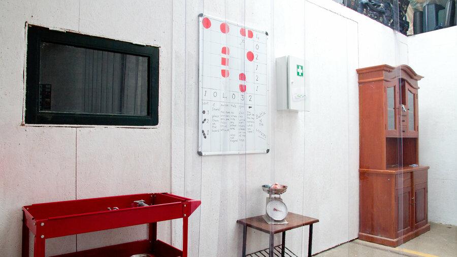 Kamer met spiegel en kast bij Escaperoom Room Escape Amsterdam