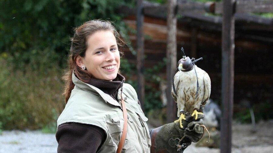 Meisje met roofvogel