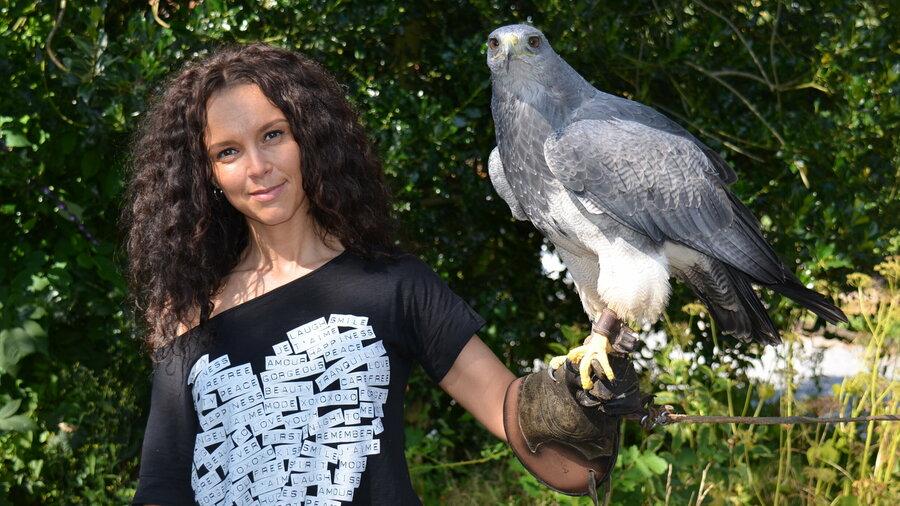 Mevrouw met grote roofvogel