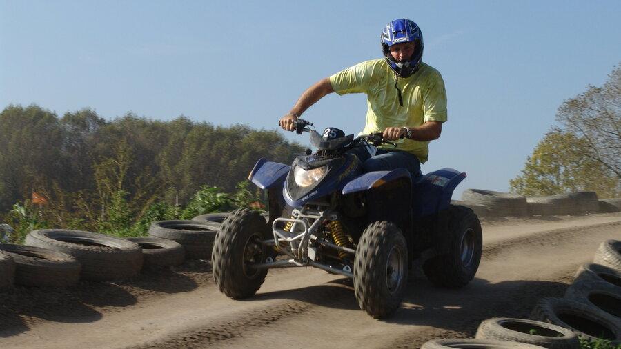 Hard rijdend met een quad