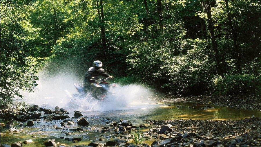 quad rijder in het water