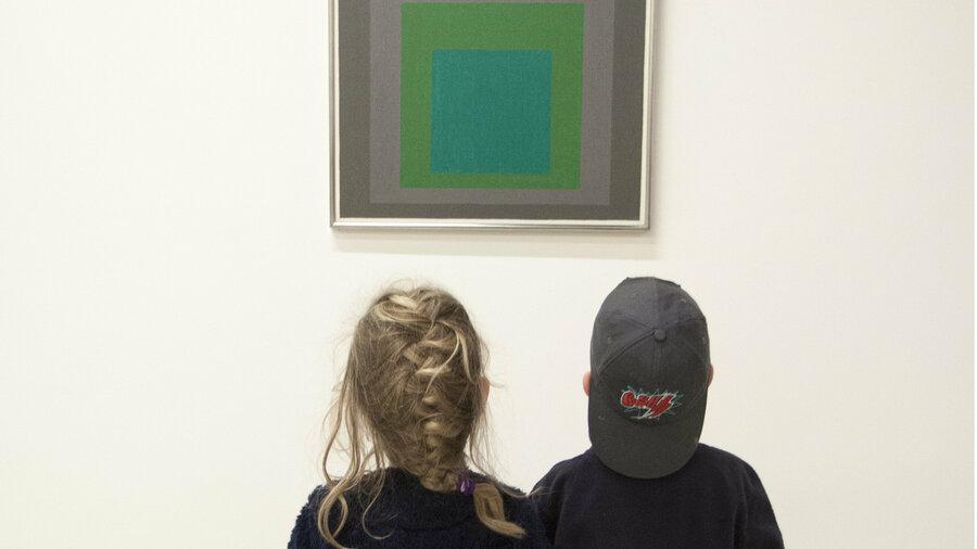 Kinderen kijken naar kunstwerk in Stedelijk Museum Schiedam