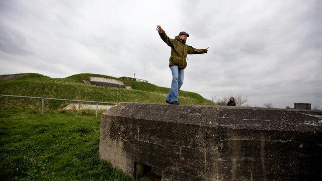 Man balanceert op Fort Pannerden
