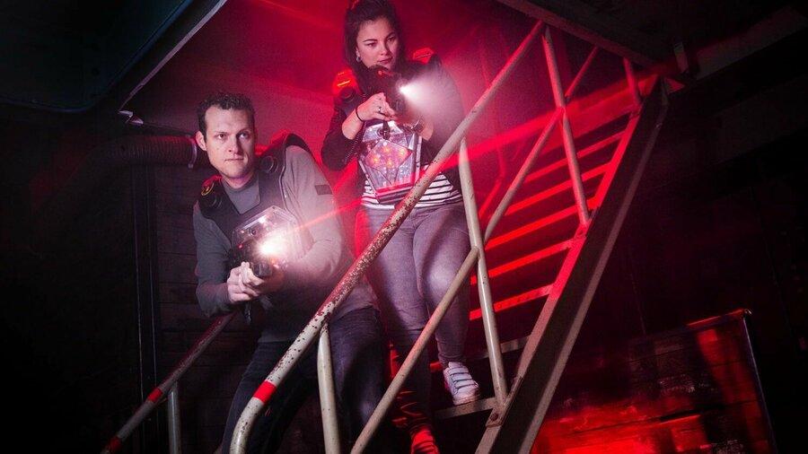 Jongen en meisje in de lasergame arena