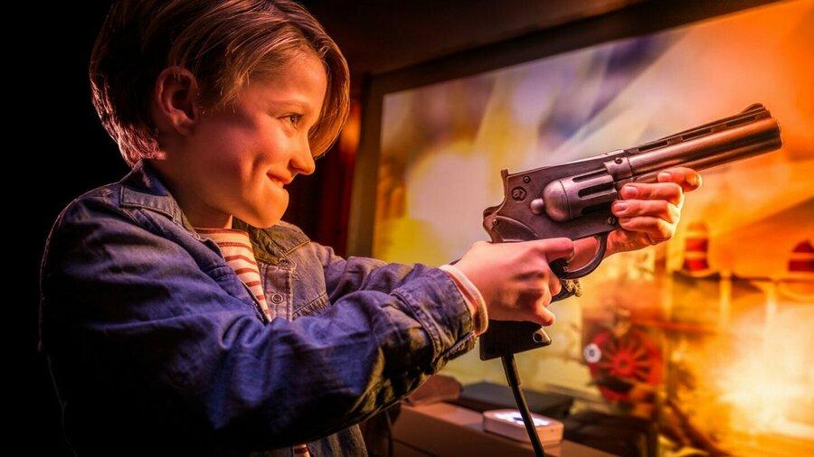Kind houdt een pistool vast in videospel