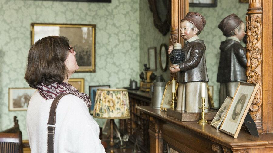 Vrouw bekijkt collectie in Huis Zypendaal