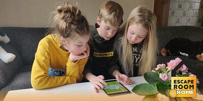 Kinderen spelen thuis online escaperoom van Escape Room @ Home