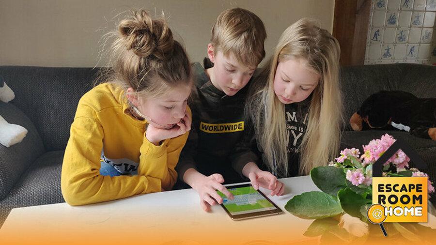 Kinderen spelen online escape game op tablet van Escape Room @ Home